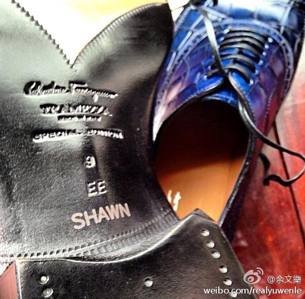▲余文樂在網路PO文展示義大利知名品牌Salvatore Ferragamo訂製牛津鞋,上頭還有他的英文名字。(圖/取自余文樂微博)