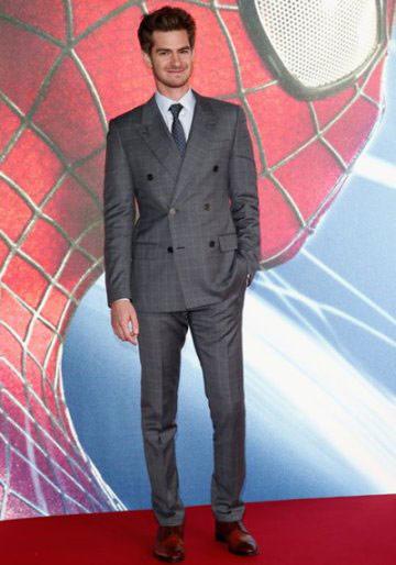 ▲安德魯加菲爾德選擇LV的灰色格紋西裝出席電影首映會,雖然西裝顏色較為低調,不過格紋元素讓整體看起來更有春夏氣息。(圖/取自LV官方臉書)