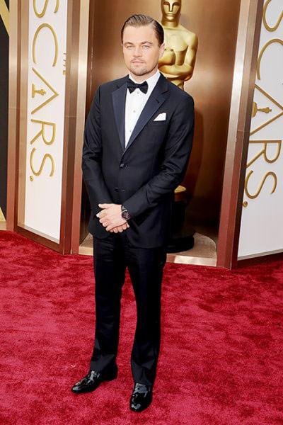 ▲李奧納多狄卡皮歐穿著Giorgio Armani的西裝出席奧斯卡,在整體造型上較為正式,不過以領結取代領帶則成為一個亮點,在搭配上看起來較有層次感。(圖/取自李奧納多狄卡皮歐臉書粉絲專頁)