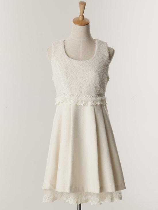 胸前白色羊毛設計讓背心式洋裝很有冬季感,可愛100%!