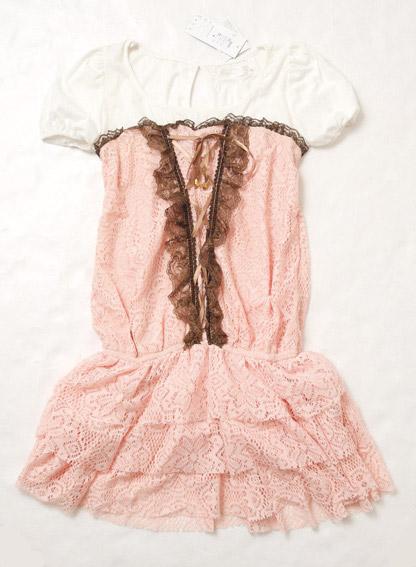 可修飾身材的甜美馬甲洋裝,蕾絲材質讓女孩像公主一樣。
