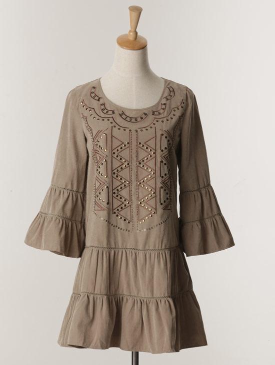 民俗風的圖樣×蛋糕裙的下擺設計,既衝突又新鮮。