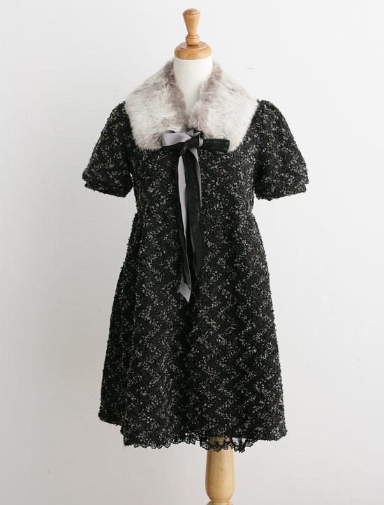 附有兔毛領子的洋裝配上下擺的蕾絲拼接實在好甜美。