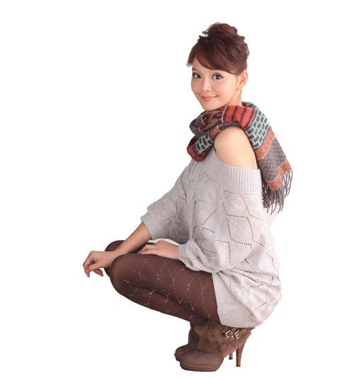 露肩設計的針織衫,舒服又隨性的性感是point!別忘了用圍巾提升整體造型感。
