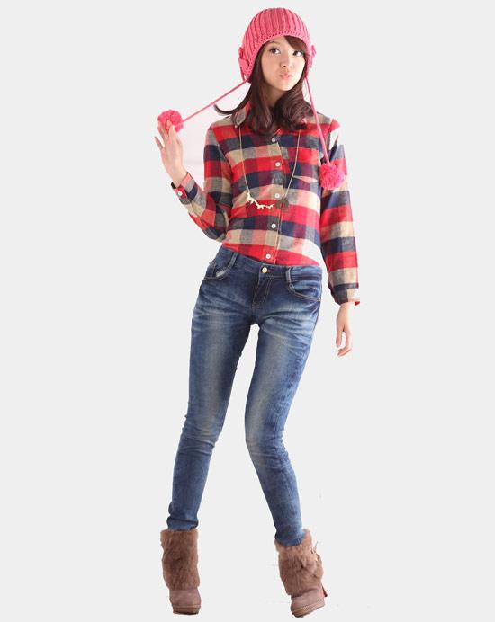 毛線球球的帽子,看起來很有精神,亮色格紋襯衫也讓氣色變好。搭配細身牛仔褲拉長了整體線條。