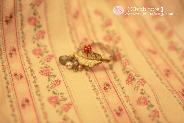 嫩綠色的葉子上有做的很精緻的紅色小瓢蟲,下面吊著各種粉嫩顏色的淚滴狀小珠子跟珍珠