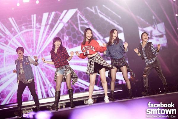 韓國女子團體f(x)以休閒裝扮演出,短版棉衫露出小蠻腰