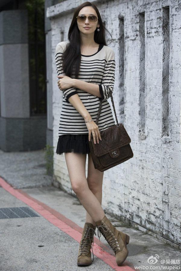 休閒感濃厚的長版橫條紋單品,吳佩慈巧妙內搭黑色連身澎裙,優雅氣質立現