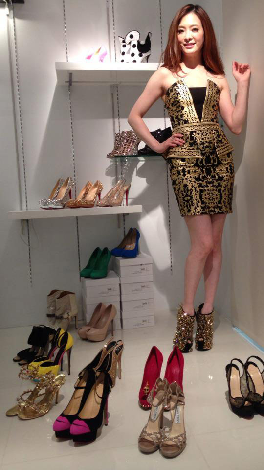 ▲劉真愛鞋成痴更大方分享她的珍貴收藏,每一雙都是女人的夢幻逸品。例如那雙神秘誘人的Charlotte Olympia Kiss Me Dolores紅脣鞋,創意與話題度都十分火紅;大紅色艷麗叛逆的Alexander McQUEEN骷髏露趾高跟鞋;還有她腳上那雙造型獨特、閃閃發亮的奢華楔形鞋,可是知名的Giuseppe Zanotti「卡卡鞋」,自從Lady Gaga穿它亮相後,讓劉真一眼愛上,迫不急待收藏。