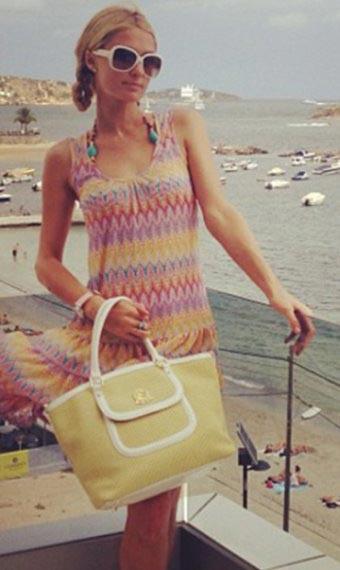 ▲比基尼外搭也是海邊穿搭的重點之一,無論是搭配氣質可人的小洋裝或是率性的丹寧風外套都相當吸睛。(左圖/取自派瑞絲希爾頓Instagram;右圖/取自蕾哈娜臉書粉絲專頁)