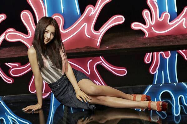 ▲開叉的高腰丹寧牛仔裙,絕對百分百性感,又不失小清新的單純氣質。(圖/擷自4Minute南韓官方粉絲團)