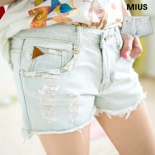 ▲Miu's個性不修邊三角皮革裝飾刷破牛仔短褲