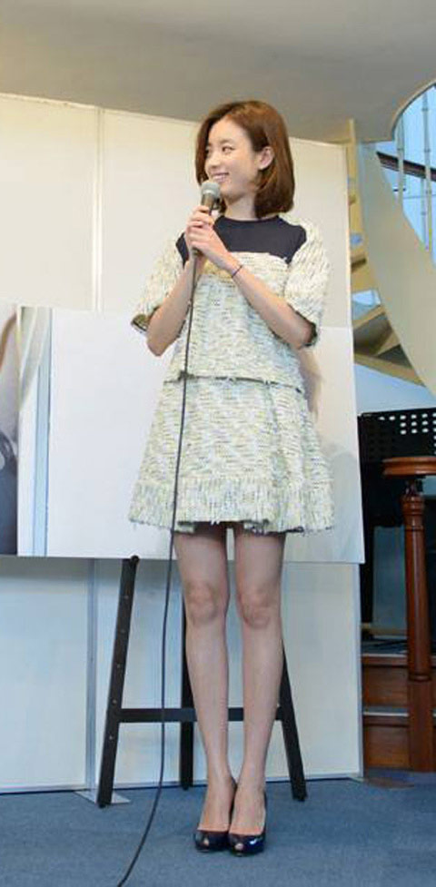 ▲韓女星韓孝珠選擇拼接小洋裝,簡單優雅,輕鬆塑造出正式卻沒有距離感的簡約甜美風。(圖/取自韓孝珠臉書粉絲專頁)