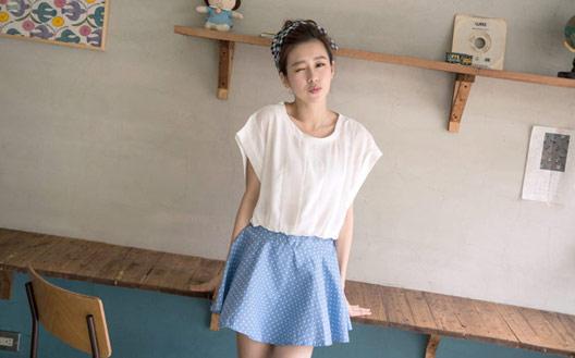 ▲Queen Shop【01091352】微透直條紋短版上衣